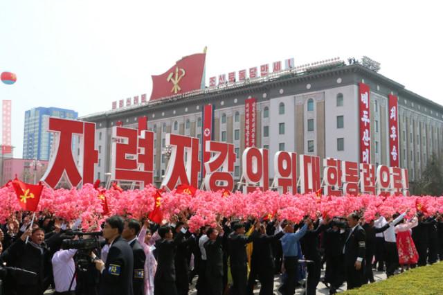 방북74-열병식구호05.jpg