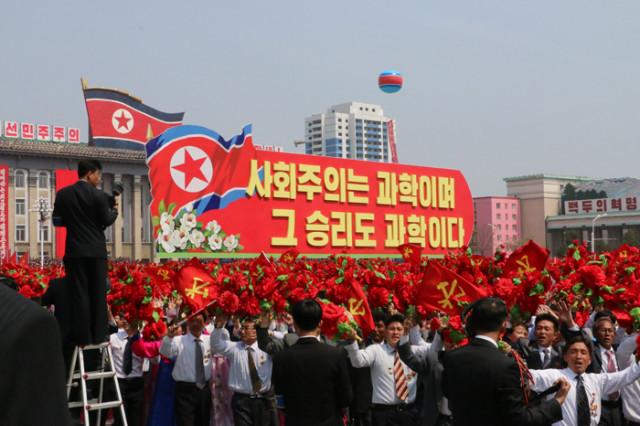 방북74-열병식구호002.jpg