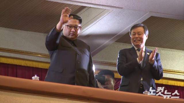 남측예술단-김정은위원장부부.jpg