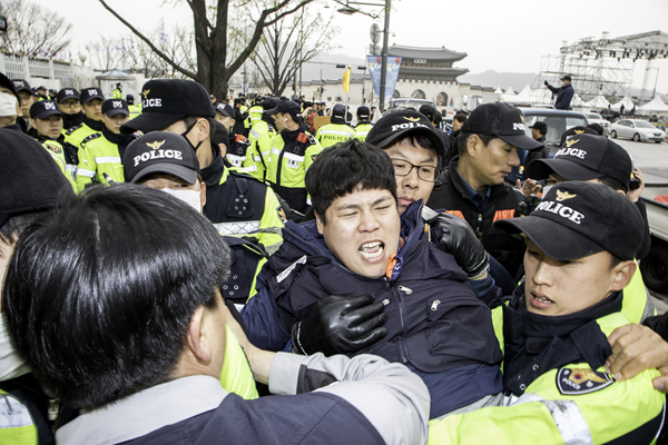 비정규직노동자 시위.jpg