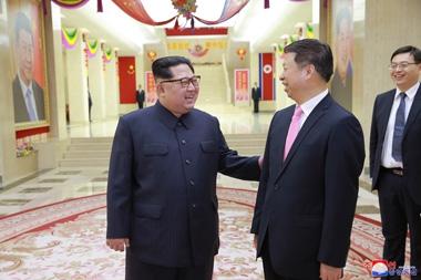 김정은-중국예술단단장접견.jpg