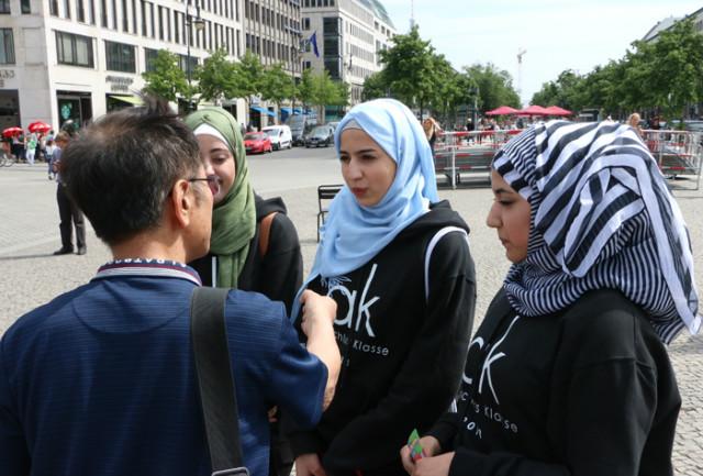 독일-부란덴부르그광장-광장시리아학생들02.jpg