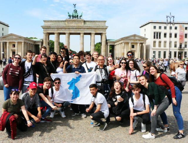 독일-부란덴부르그광장-광장스페인젊은이들01.jpg