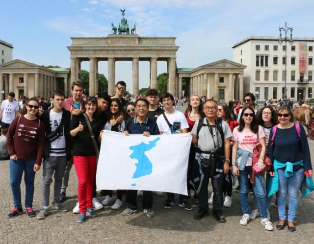 독일-부란덴부르그광장-광장스페인젊은이들-처음순간.jpg