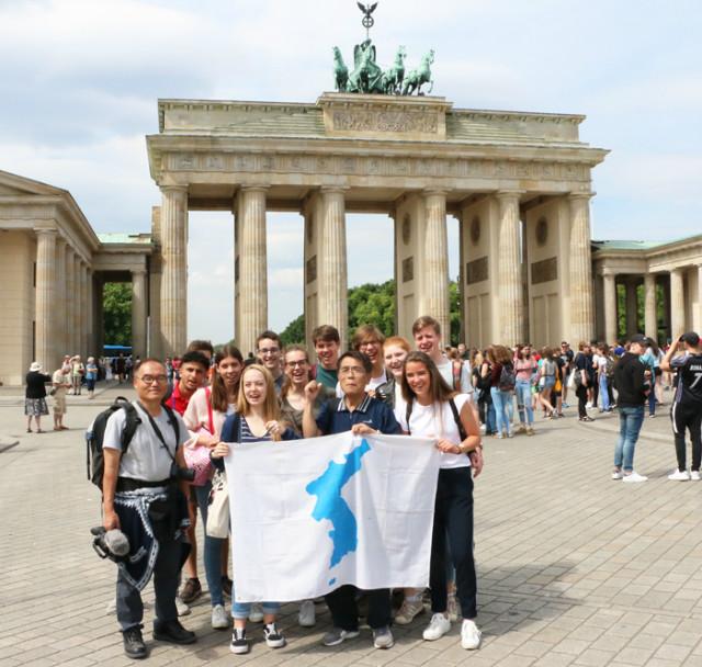 독일-부란덴부르그광장-광장학생들.jpg