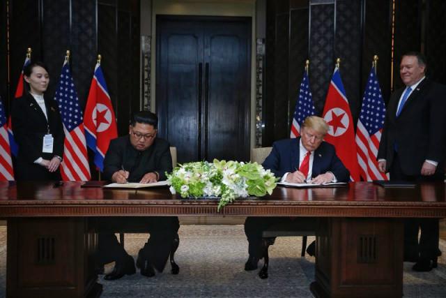 김정은-트럼프공동성명에 서명.JPG