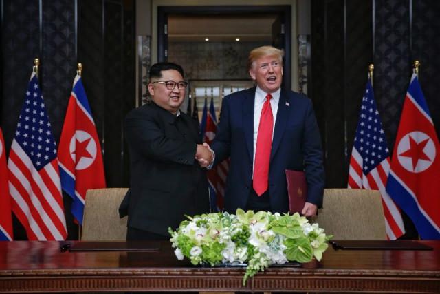 김정은-트럼프공동성명에 서명01.JPG