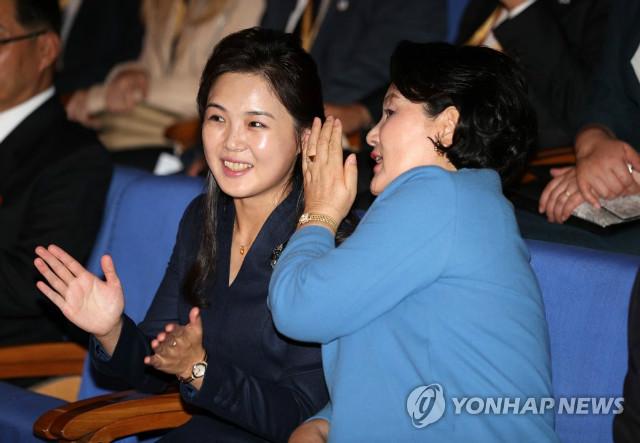 남북정상 부인들 관심집중.jpg