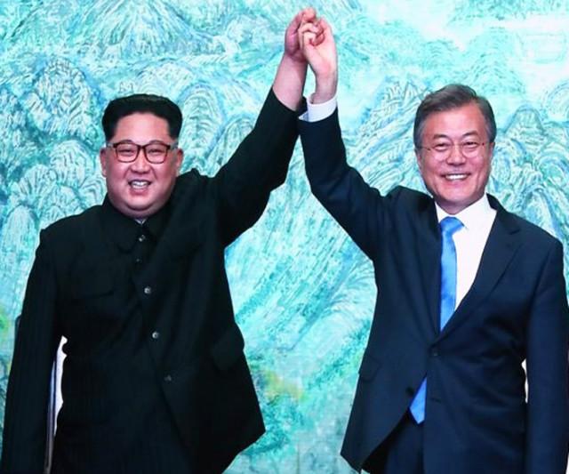 남북정상만남-두손잡고.jpg