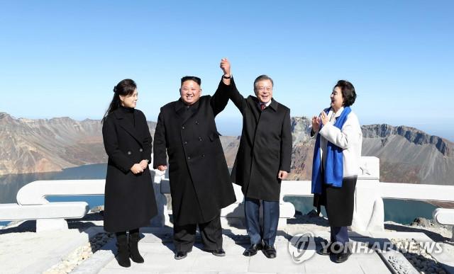 김정은-문재인부부들 백두산에 올라 기념촬영.jpg
