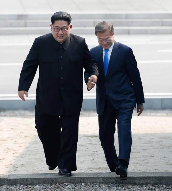 문재인-김정은손잡고.jpg