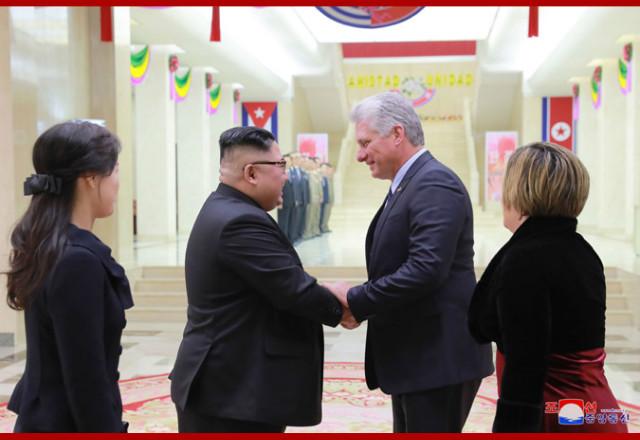 김정은-꾸바리사장부부접견.jpg