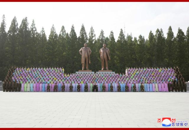 김정은2019군소조어머니들.jpg